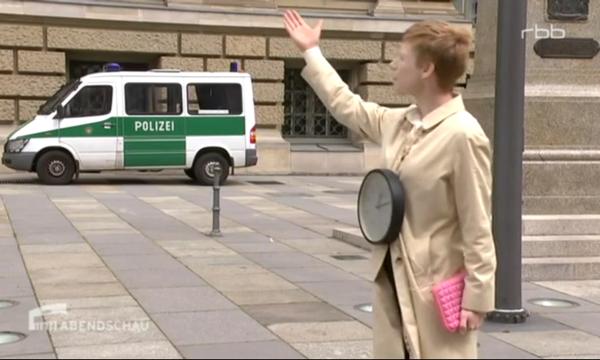 rbb_Abendschau_19.5.2015_Insistere_Avatara Zeitstipendia Plenara, Umkreisung des Berliner Parlaments_Performance_2